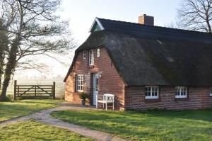 Früher noch ein Kotten ist unser Reetdachhaus ein modernes Feriendomizil mit friesischem Charme.