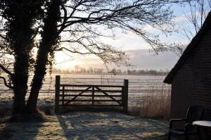 Die Morgensonne taucht das Haus und die umliegenden Weiden in ein warmes  Licht. Nicht selten sind in der Ferne Rehe zu entdecken.