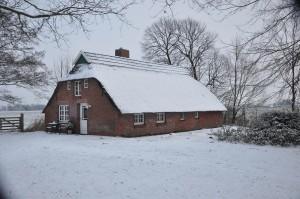 Der traditionelle gusseiserne Kaminofen inmitten des Wohnzimmers hält auch im Winter das ganze Haus angenehm warm. Feuerholz steht ausreichend und kostenfrei zur Verfügung.