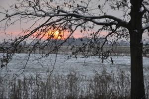 """Das """"pladde Land"""" ermöglicht einen weiten Ausblick und viele Sonnenstunden am Tag. Sonnenauf- und Untergänge sind besonders eindrucksvoll vom Deich aus zum betrachten."""